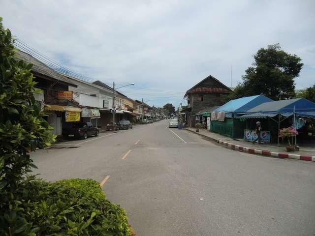 die Straße zum Bahnhof in Pachuap Khiri Khan